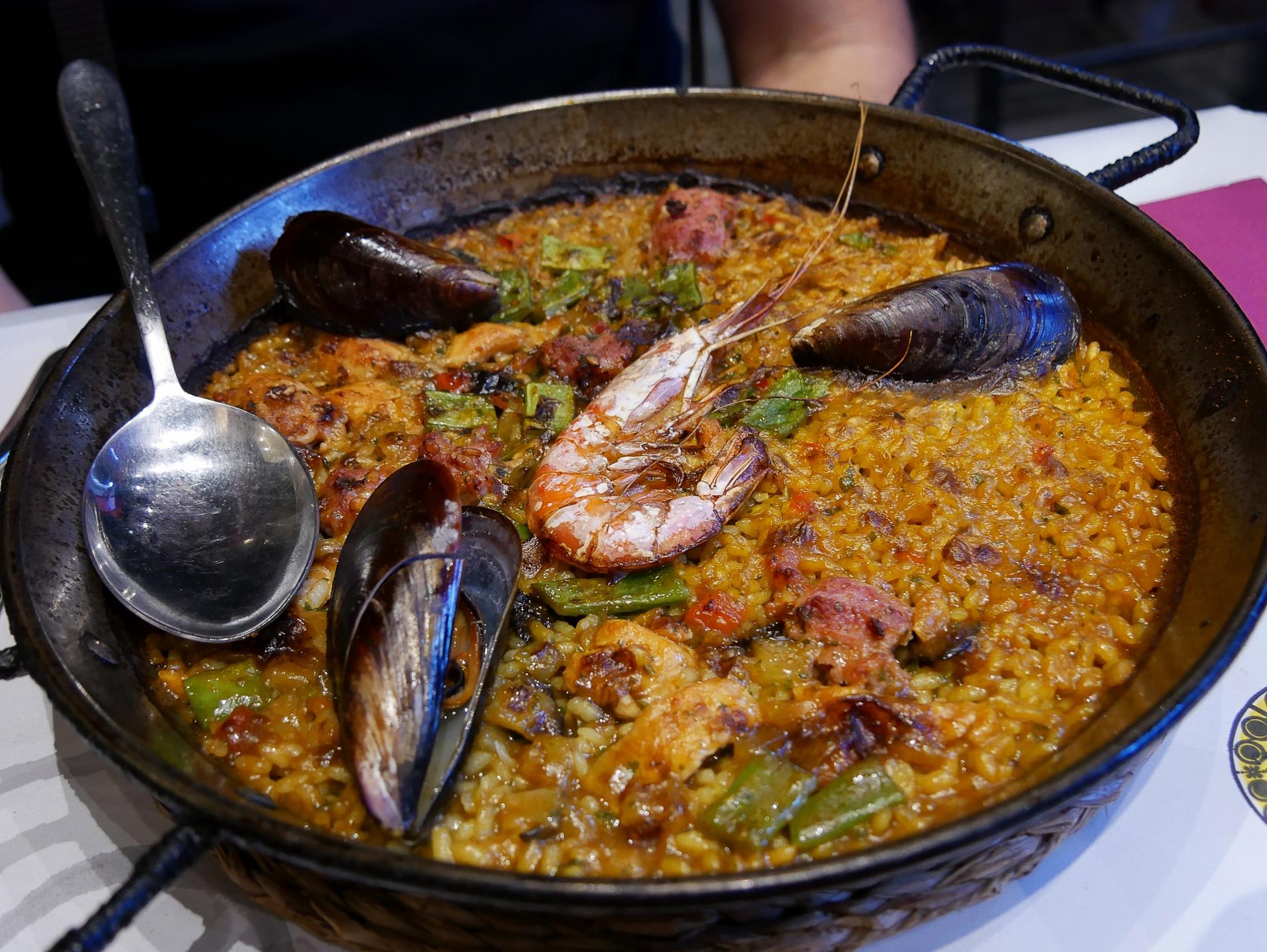 voyage découverte à barcelone - paella