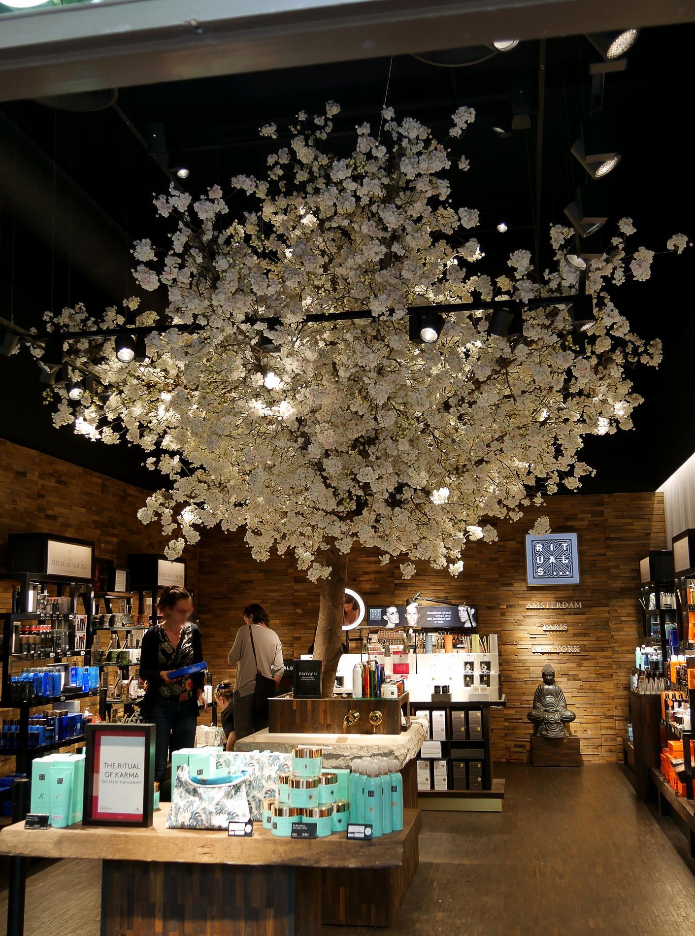 intérieur boutique rituals roca village barcelone - juliesliberties
