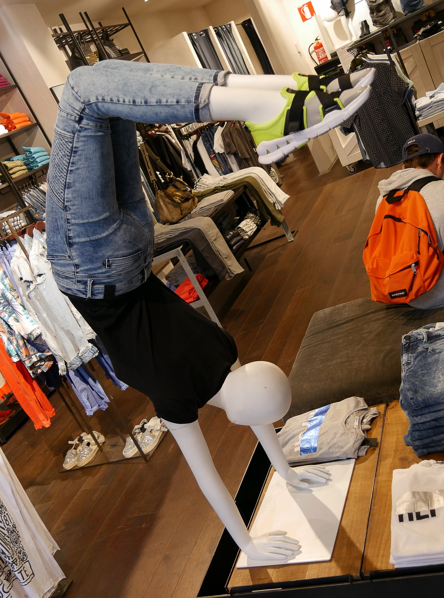 intérieur boutique sport roca village barcelone - juliesliberties