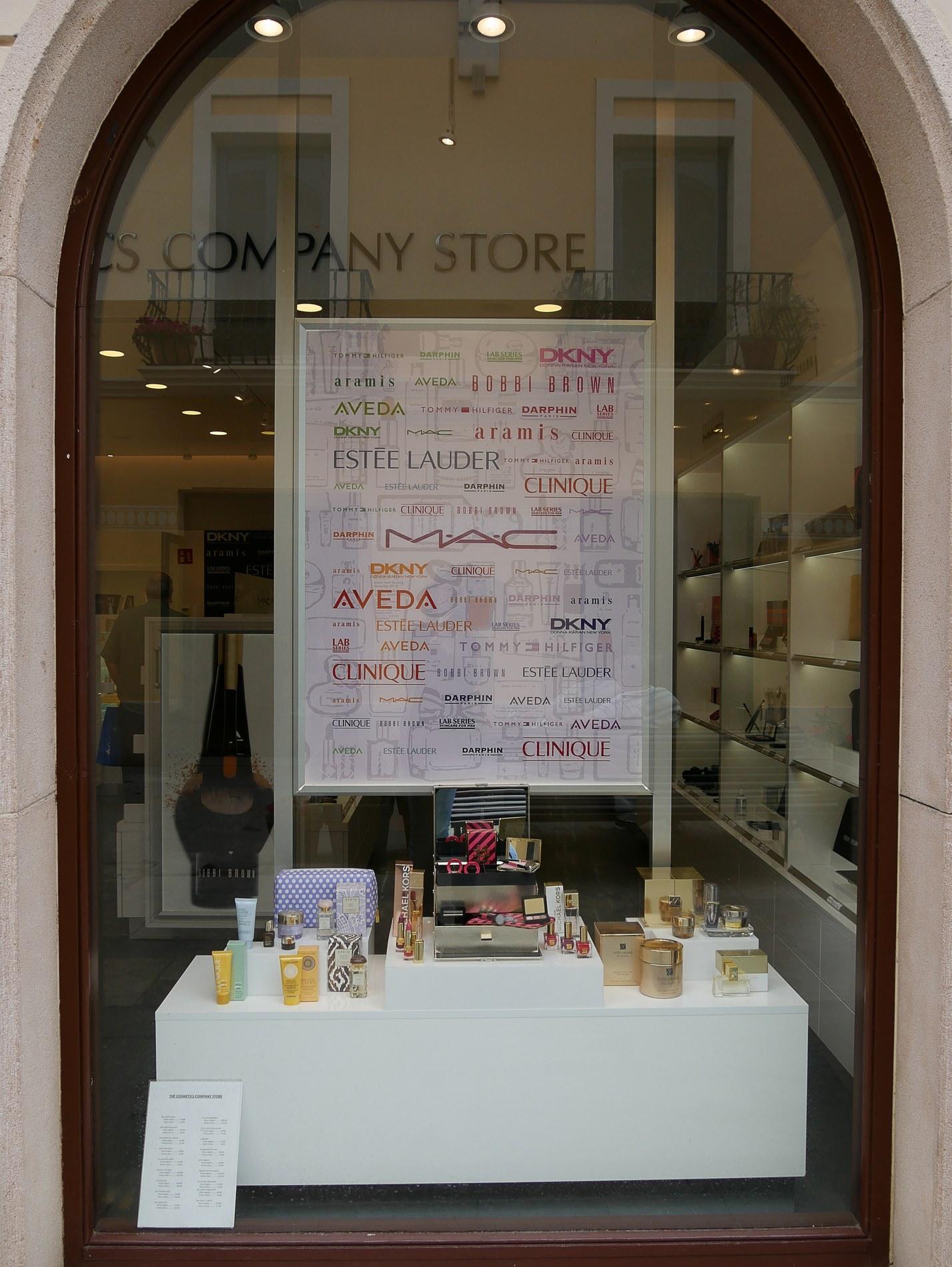 vitrine boutique cosmetiques roca village barcelone - juliesliberties