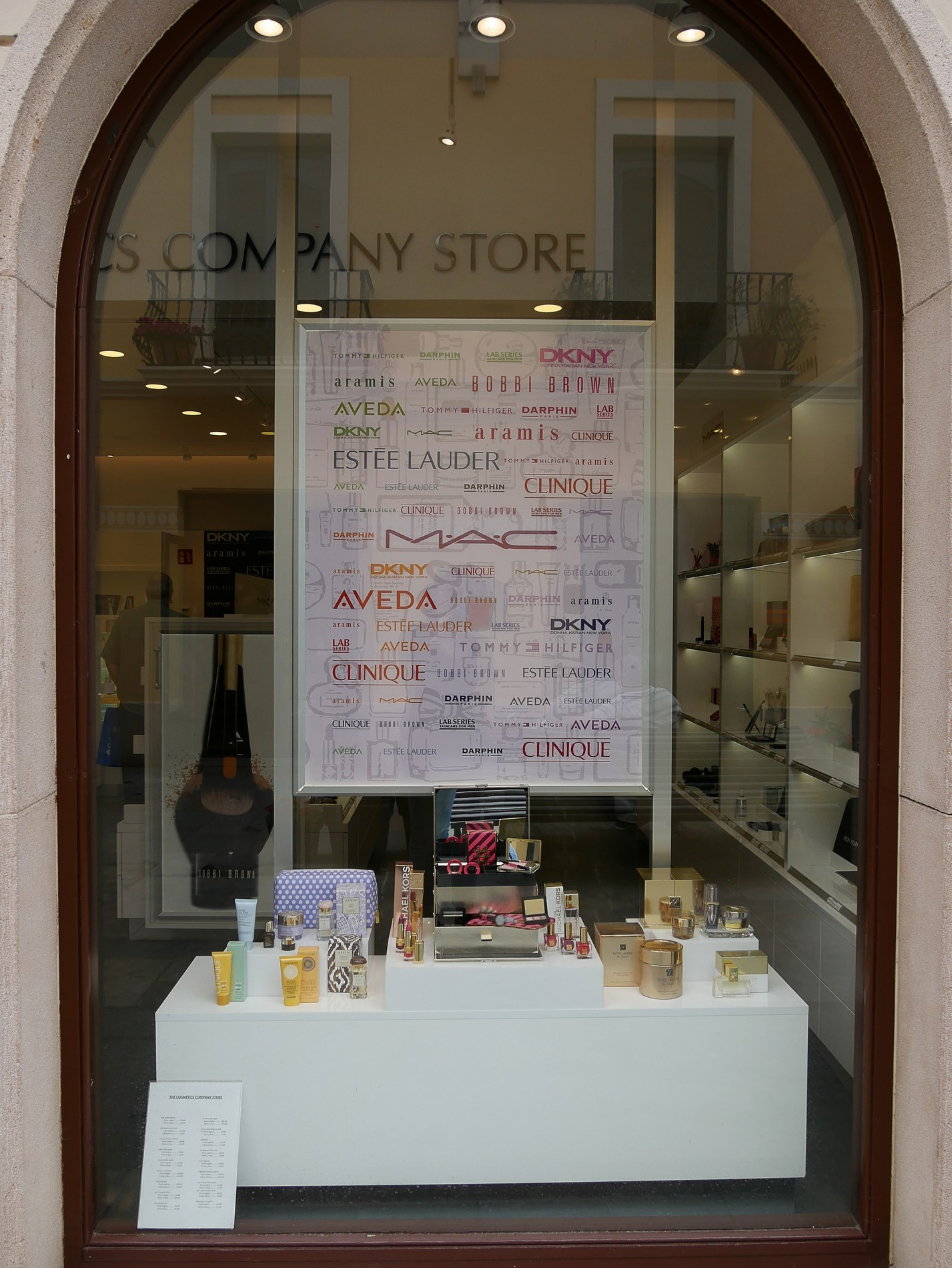 vitrine boutique cosmetiques roca village barcelone - juliesliberties