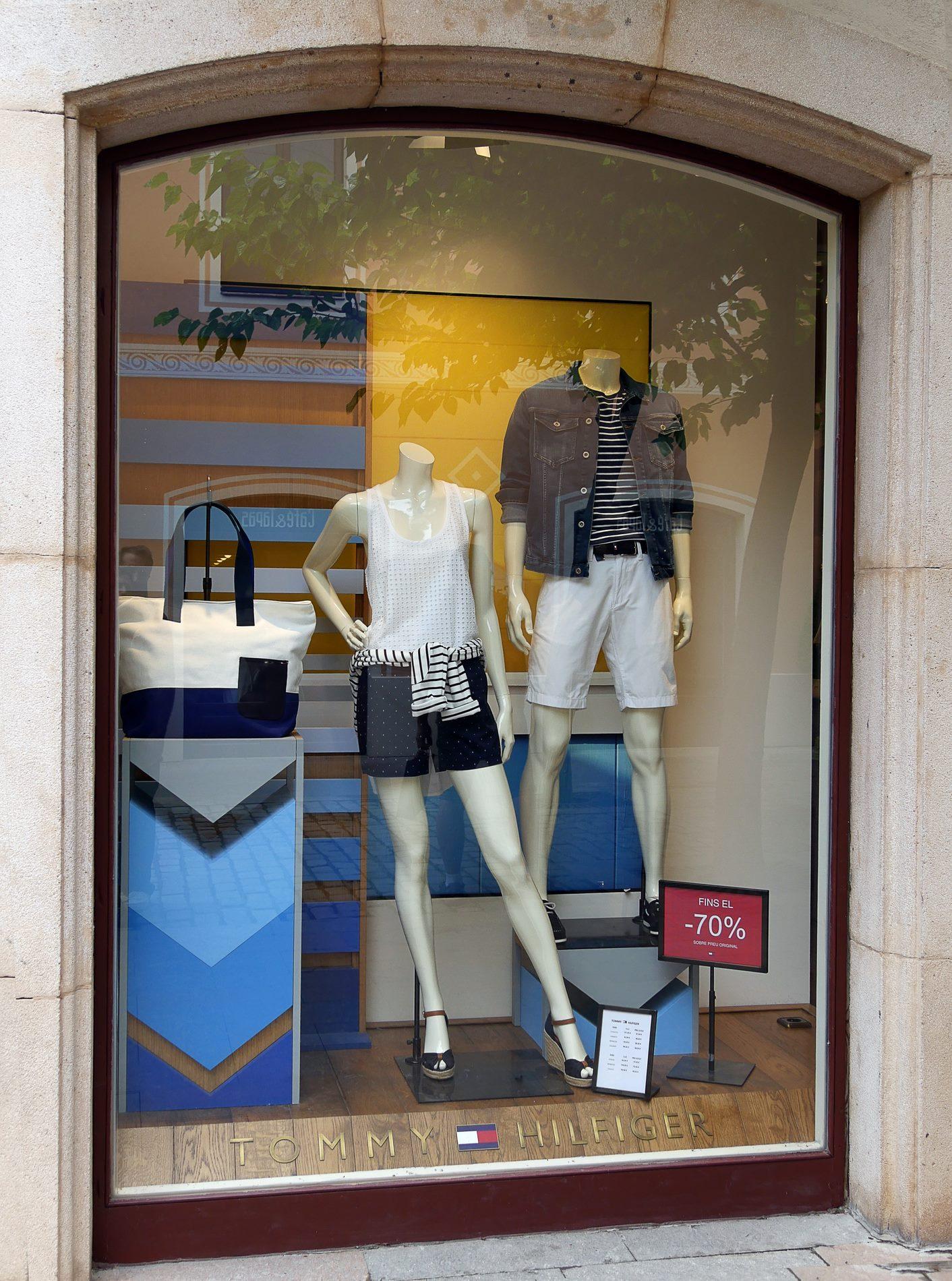 vitrine tommy hilfiger roca village barcelone - juliesliberties