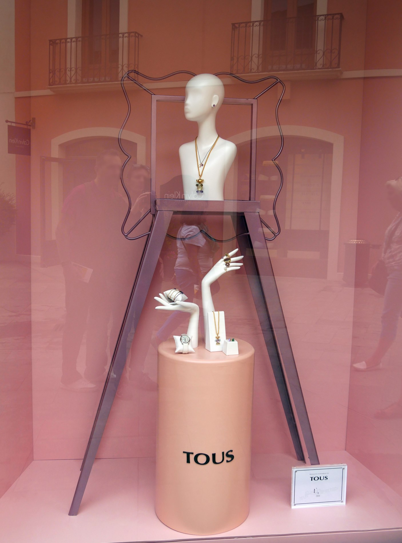 vitrine tous roca village barcelon -_juliesliberties